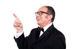 Homem envelhecido que olha e que indica para cima Fotos de Stock