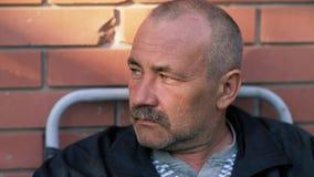 Homem envelhecido triste com bigodes filme