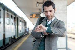 Homem ereto que espera o trem Imagens de Stock Royalty Free