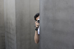 Homem escondido da câmera Fotos de Stock