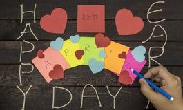 Homem escrita o 22 de abril com marcador Conceito do Dia da Terra Fotos de Stock Royalty Free