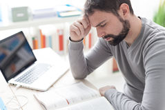 Homem esgotado com dor de cabeça fotografia de stock