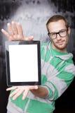 Homem esperto bem parecido do lerdo com computador da tabuleta Fotografia de Stock Royalty Free