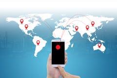 Homem esperto que guarda o telefone com conexão de rede social dos meios do mundo fotos de stock