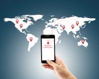 Homem esperto que guarda o telefone com conexão de rede social dos meios do mundo Fotografia de Stock