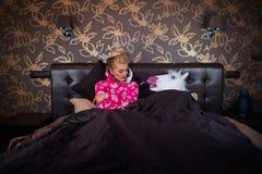 Homem estranho na máscara do unicórnio que dorme com menina fotos de stock royalty free