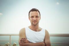 Homem europeu de sorriso desportivo novo na camisa branca fotografia de stock royalty free