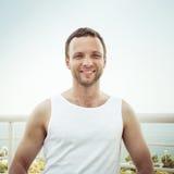 Homem europeu de sorriso dos jovens na camisa branca foto de stock royalty free