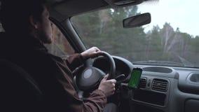 Homem europeu para conduzir o carro video estoque