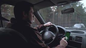 Homem europeu para conduzir o carro vídeos de arquivo