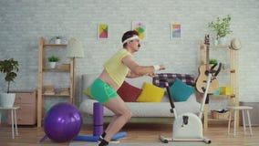 Homem excesso de peso expressivo com um bigode e uma dança engraçada dos vidros filme