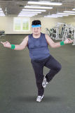 Homem excesso de peso que faz a pose da ioga foto de stock royalty free