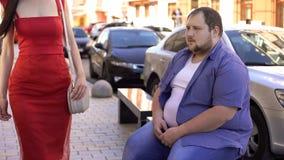 Homem excesso de peso que olha a mulher elegante, diferença do estilo de vida, motivação imagens de stock
