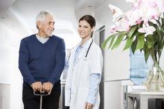 Homem fêmea seguro do doutor Standing With Senior Fotos de Stock Royalty Free