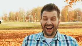 Homem farpado chocado e surpreendido na camisa, emoção humana positiva vídeos de arquivo