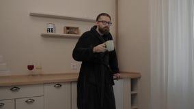 Homem farpado com o copo do chá vídeos de arquivo
