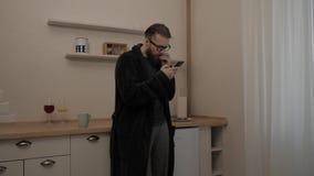 Homem farpado com o copo do chá filme