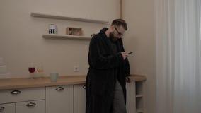 Homem farpado com o copo do chá video estoque