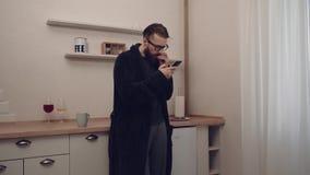 Homem farpado com o copo do ch? video estoque