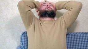 Homem farpado com uma dor de cabeça em casa vídeos de arquivo