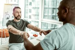 Homem farpado concentrado que olha seu terapeuta foto de stock