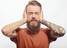 Homem farpado considerável com dor de cabeça imagens de stock