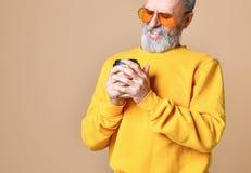 Homem farpado considerável com o copo de papel do café da manhã imagens de stock