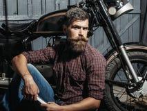 Homem farpado do motociclista com chave fotos de stock royalty free