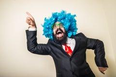 Homem farpado engraçado louco com peruca azul fotografia de stock royalty free
