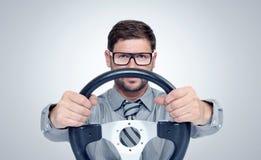 Homem farpado engraçado nos vidros com um volante foto de stock royalty free