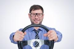 Homem farpado feliz nos vidros com volante, conceito do motorista fotos de stock royalty free