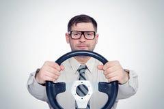 Homem farpado feliz nos vidros com volante, conceito do motorista fotos de stock