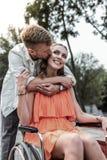 Homem farpado macio que beija sua amiga no mordente fotografia de stock royalty free
