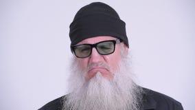 Homem farpado maduro do moderno que olha sério ao pensar video estoque