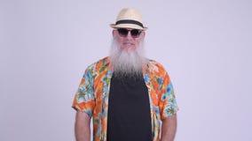 Homem farpado maduro feliz do turista com sorriso dos óculos de sol vídeos de arquivo