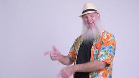 Homem farpado maduro feliz do turista que mostra algo filme