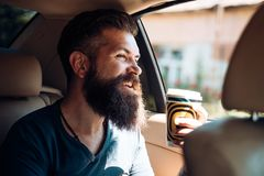 Homem farpado Moderno maduro com barba Cuidado masculino do barbeiro Moderno caucasiano brutal com bigode Café da manhã feliz fotografia de stock royalty free