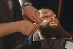 Homem farpado no barbeiro foto de stock royalty free