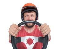 Homem farpado no capacete vermelho com o volante, isolado no fundo branco imagem de stock