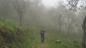 Homem farpado novo do moderno do zombi que anda através das madeiras na névoa filme