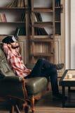 Homem farpado novo que aprecia vidros da realidade virtual fotografia de stock royalty free