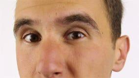 Homem farpado novo que olha a câmera e as piscadelas video estoque