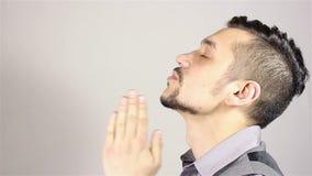 Homem farpado novo que reza, pedindo o deus a ajuda video estoque