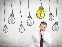 Homem farpado pensativo ícones de uma ampola, concretos Foto de Stock Royalty Free