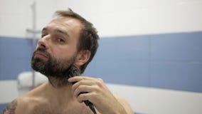 Homem farpado que barbeia o ajustador filme