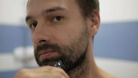 Homem farpado que barbeia o ajustador vídeos de arquivo