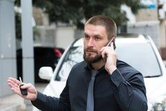 Homem farpado que fala no telefone fotos de stock
