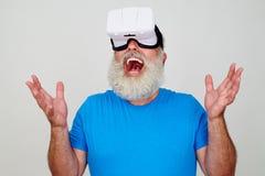Homem farpado superior de sorriso impresso ao testar o technolog 3D Foto de Stock