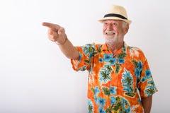 Homem farpado superior feliz do turista que sorri ao apontar o dedo imagens de stock royalty free