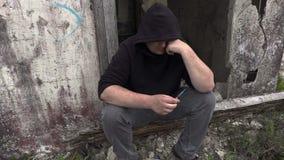 Homem fatigante do viciado em drogas com seringa filme
